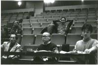 1995年1月、ピッコロシアターで舞台「風の中の街」のけいこを見る別役実(前列左端)と演出の藤原新平(同中央)。後列左端は当時ピッコロ劇団代表の秋浜悟史