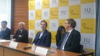 デジタル分野での取り組みについて発表する、ベルリン・フィル首席チェロ奏者でベルリン・フィル・メディア代表のオラフ・マニンガー(中央右)とIIJ鈴木幸一会長(同左)ら=東京都内で4月
