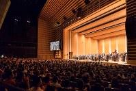 和太鼓協奏曲「飛天遊」演奏後、会場は盛大な拍手に包まれた