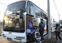 バスに乗り込むボランティア。東日本大震災以降ボランティアバスは全国で広がった=前橋市のJR新前橋駅で2011年4月20日、角田直哉撮影
