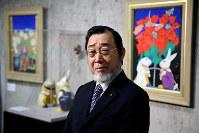 「おもちゃシリーズ」の作品の前に立つ日本画家の中島千波さん=東京都渋谷区の松濤美術館で、森田剛史撮影
