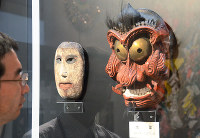 1567(永禄10)年に作られた、いざなぎ流の「大面」(右)=高知県南国市岡豊町八幡の県立歴史民俗資料館で、柴山雄太撮影