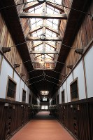 天窓で自然光を取り入れている舎房の廊下。両側に房が並んでいる=博物館網走監獄で