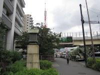 首都高速の下に古川が流れ、赤羽橋が架かっている。手前は赤羽橋の親柱