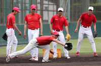 守備練習する日本生命の投手陣=幾島健太郎撮影