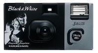 写ルンですBlack&White。1996年発売。白黒写真を撮影できる=富士フイルム提供