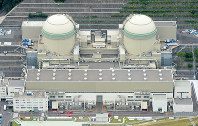 The No. 3 and No. 4 reactors at the Takahama Nuclear Power Plant, from left to right, are pictured in this photo taken from a Mainichi helicopter in Takahama, Fukui Prefecture, on June 15, 2016. (Mainichi)