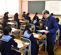 今年度の大阪府の公立高校入試。来年度は英語で外部試験の活用が始まる=大阪市天王寺区で、川平愛撮影