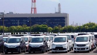 三菱自動車・水島製作所の工場近くに保管されていた新車=2016年5月5日、土屋渓撮影