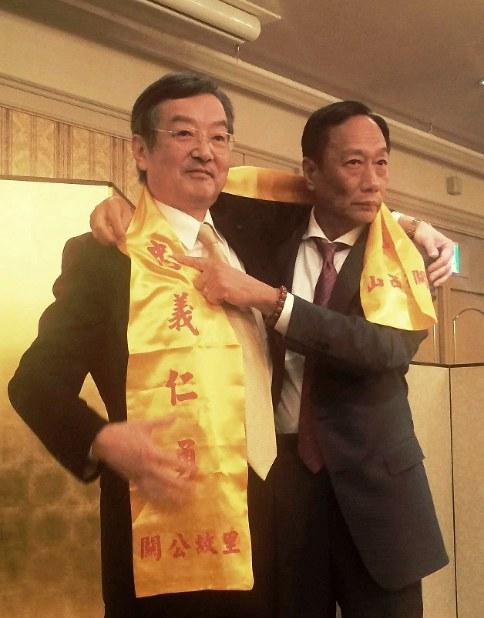シャープの高橋興三社長(左)と鴻海の郭台銘会長。買収契約後にホテルで開かれたパーティーで=2016年4月2日、土屋渓撮影