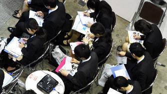 マイナビ合同会社説明会で企業の説明を聞く学生たち=東京都内で、竹内紀臣撮影