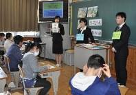 浜松市内の学校で、防災の授業をする静岡大学藤井基貴准教授の研究室の学生ら=浜松市内で