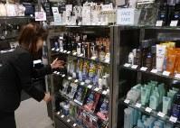 ずらりと並んだ男性用の化粧品。中高年の利用も増えている=東京都中央区のQUOMIST有楽町マルイ店で