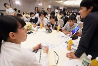 Participants are seen at a June 19, 2016 event in Tokyo's Chiyoda Ward where university students from Okinawa discussed the Battle of Okinawa with junior high and high school students. (Mainichi)