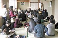 船橋市保育園父母会連絡会で主催した親子交流会。講師による絵本の読み聞かせもあった=連絡会提供