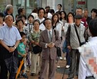 候補者(手前)の演説を聞く有権者=奈良県生駒市で25日、西本勝撮影(一部画像を処理しています)