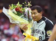 日米通算2000安打を達成し、花束を手に観客の声援に応える福留=マツダスタジアムで2016年6月25日、久保玲撮影