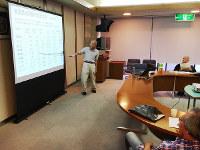 経済データなどを使って、脱原発の必要性について話す山崎隆敏さん=福井県小浜市内で、高橋一隆撮影