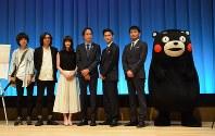 映画「うつくしいひと」の行定勲監督(左から2人目)と出演者ら。右端は熊本県のPRキャラクター、くまモン
