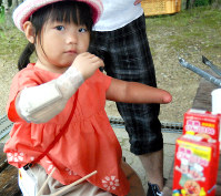 右手に筋電義手を着けた前川夢奈ちゃん=神戸市で先月、桜井由紀治撮影