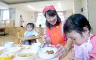 0歳児を担当する吉田さん。保育士が子どもたちの憧れの職業であり続けてほしいと願う=福岡市城南区で、津村豊和撮影