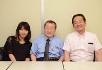 左から、真希バオー、松沢一憲記者、増永道夫記者=松崎進撮影
