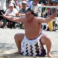 名古屋場所を前に熱田神宮で土俵入りを奉納する白鵬=名古屋市熱田区で、兵藤公治撮影