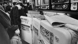 電器店に並ぶ東芝の冷蔵庫=1959年撮影