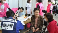 益城町総合体育館前に設けられた歯科コーナーで歯科医師の診察を受ける人たち=熊本県益城町木山で2016年4月28日、中村清雅撮影