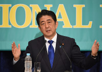 Prime Minister Shinzo Abe speaks during a debate between political party leaders at the Japan National Press Club in Chiyoda Ward, Tokyo, on June 21, 2016. (Mainichi)