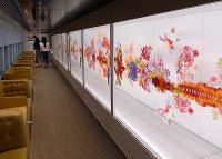 現美新幹線の荒神明香さんの車両。お花がゆらゆら揺れる=新潟市のJR新潟駅で、青山郁子撮影