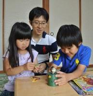 子どもたちとゲームをして遊ぶ柿崎茂さん(中央)=長野市で、倉田陶子撮影