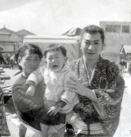 大映京都撮影所を訪れた馬場正男の妻と長男が、勝新太郎(右)と記念撮影=1960年ごろ