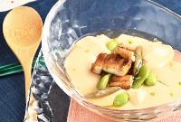 焼きアナゴや枝豆、ジュンサイをあしらい、ユズ皮を振って涼味たっぷりの金波汁=大阪市北区で、山崎一輝撮影