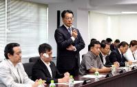 参院選の総括を始めた民進党常任幹事会であいさつする岡田克也代表(中央)=12日、竹内紀臣撮影
