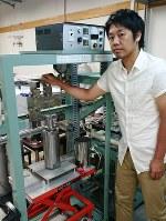 「地球化学を惑星などに応用し、地球外生命の探査につなげたい」と語る関根康人さん=東京大で