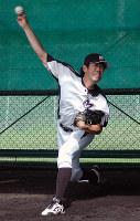 投球練習するエースの守安玲緒投手=兵庫県明石市二見町南二見の二見グラウンドで、藤田宰司撮影