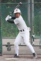 打撃練習でバットを構える鳥取西の小林選手=園部仁史撮影
