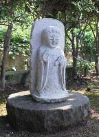 室生家の墓前に据えられた朝子観音=金沢市野田町の野田山墓地で、竹田迅岐撮影