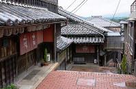 往時の街道の面影を残す麻吉旅館=三重県伊勢市で、関雄輔撮影