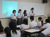 事前の模擬投票との違いについて調べた内容を発表する生徒ら=大阪市旭区の大阪府立旭高校で2016年7月14日、大島英吾撮影