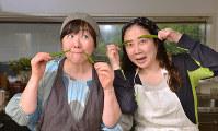 「焼きそば、2玉余裕」と西原理恵子さん(右)と「やばい」と心配する枝元なほみさん=北山夏帆撮影