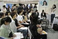 合同企業説明会で熱心にメモを取る学生たち。インターンシップの開催数は増えており、関心も高い=東京都江東区の東京ビッグサイトで