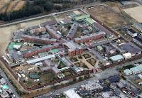 奈良少年刑務所の全貌。10万平方メートルの敷地は、現在の興福寺の面積を超える。放射状の建物は、受刑者が生活する監房=2015年3月、本社ヘリから貝塚太一撮影