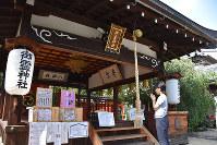 御霊神社拝殿。奥の本殿には井上内親王と他戸親王らがまつられている=奈良市薬師堂町の御霊神社で、日向梓撮影