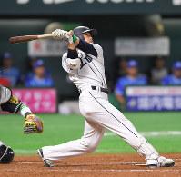15日のプロ野球オールスターゲームで九回、2点本塁打を放った全パ・西武の栗山巧=和田大典撮影
