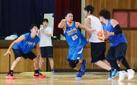 練習に汗を流すレイクスの選手=大津市木下町で、森野俊撮影