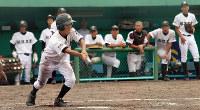 仲間を見守る バントをする松江工の選手と見守るベンチ=松江市営野球場で、根岸愛実撮影