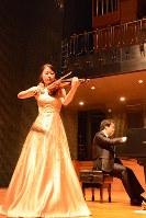 バイオリンを演奏する小川恭子さん(左)と伴奏の大伏啓太さん=福島市入江町の市音楽堂で