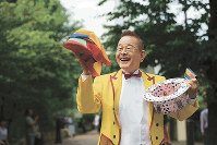 「どこだっていいんだよ」と町中でポーズ。通行人が次々と笑顔で足を止めた=東京都豊島区で、梅村直承撮影
